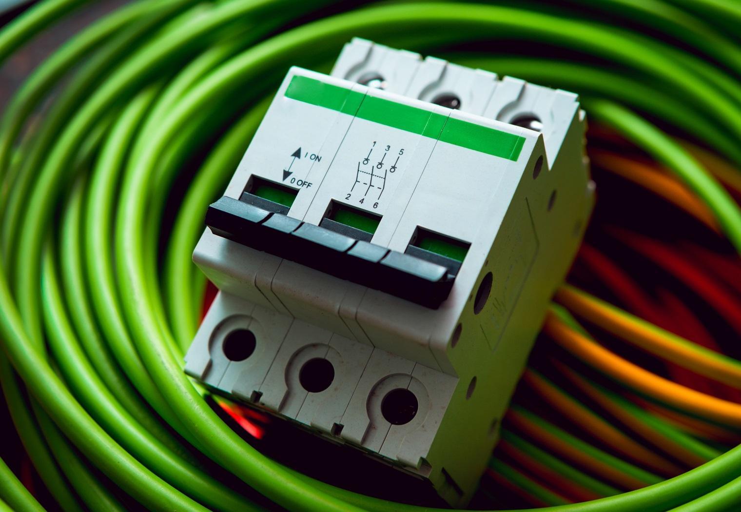 Zabezpieczenia DC i AC w instalacjach fotowoltaicznych